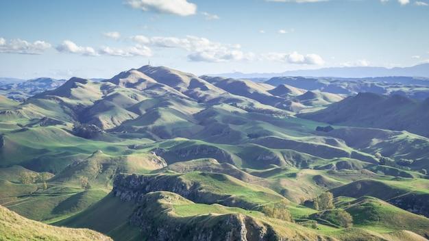 なだらかな緑の丘と青空のパノラマ