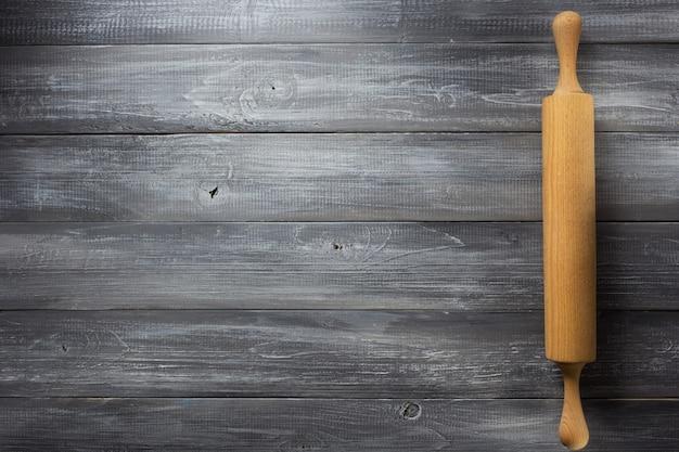 木製の背景に麺棒