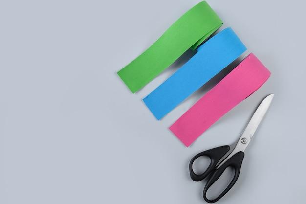 アスリートとブルーの女性向けのロール キネシオロジー テープ。キネシオロジーはリンパの流れをテーピングし、治癒プロセスをスピードアップします。顔の若返り、浮腫の除去。
