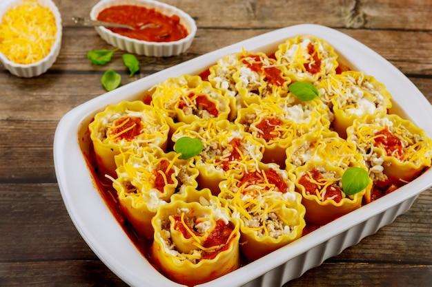 Роллы из пасты, мяса и сыра рикотта с томатным соусом.