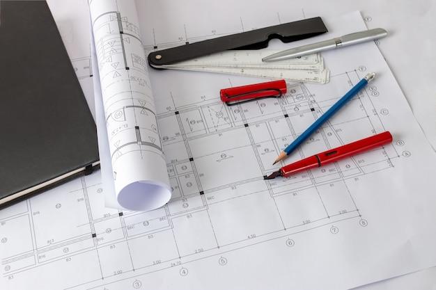 テーブルと建築家の描画ツールの建築設計図と家の計画のロール。