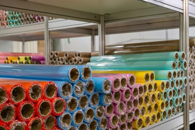 色付きの包装紙のロール。抽象的な経済的背景。