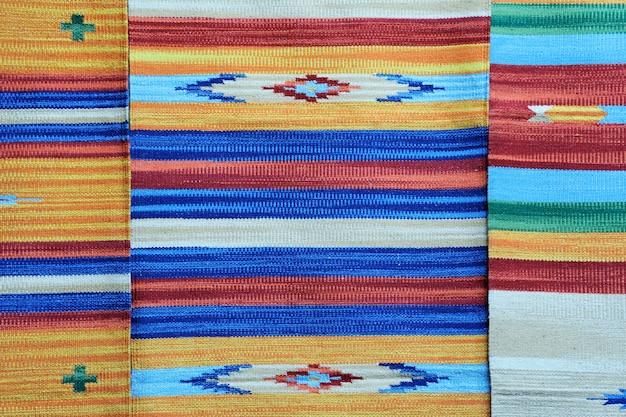 Рулоны разноцветной ткани в качестве яркого фонового изображения