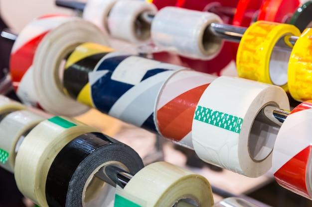 店内のさまざまなパッキングスコッチテープのロールがクローズアップ
