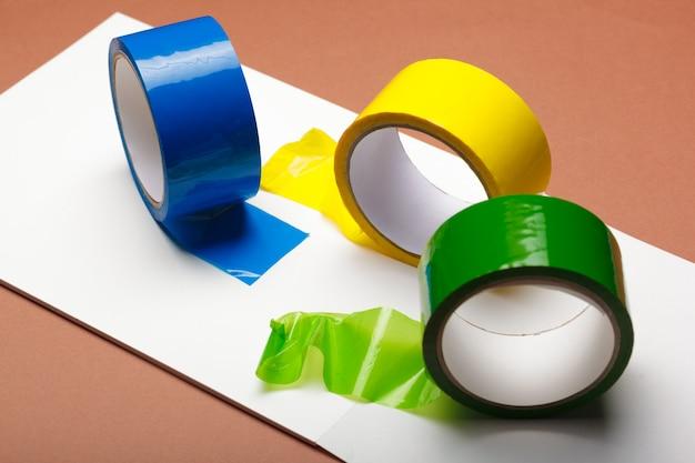 Рулоны изоляционной клейкой ленты; разноцветная изолента