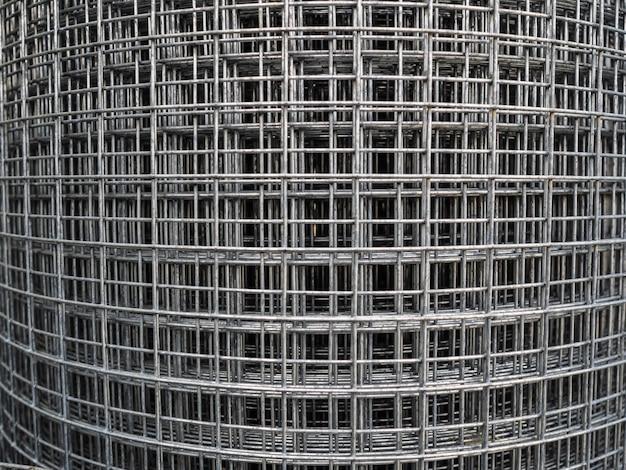 金属メッシュのロール。正方形のセルが付いている鉄のフェンスの販売