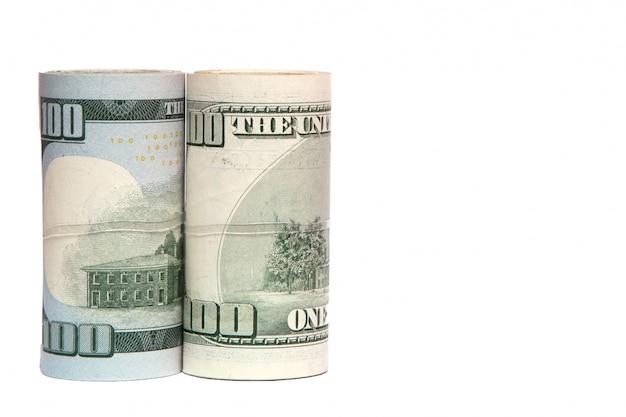 Рулоны денег изолированные крупным планом