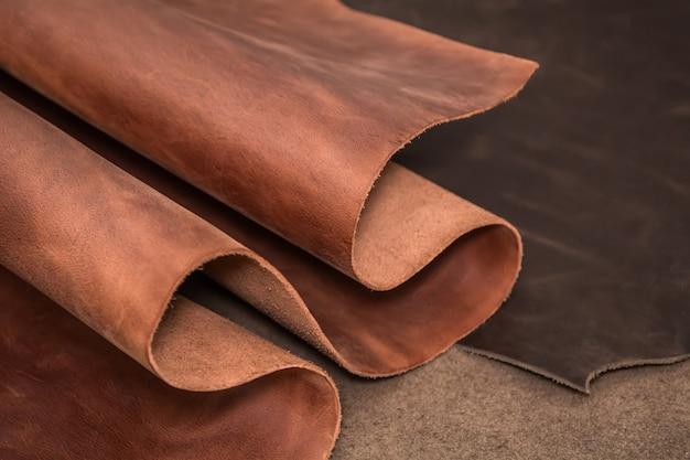 Рулоны из натуральной коричневой и черной кожи