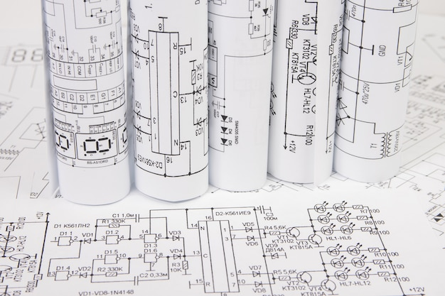 Рулоны бумажных электротехнических чертежей. Premium Фотографии