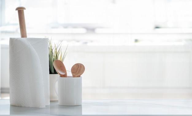 白いテーブルの上のペーパータオルのロール。