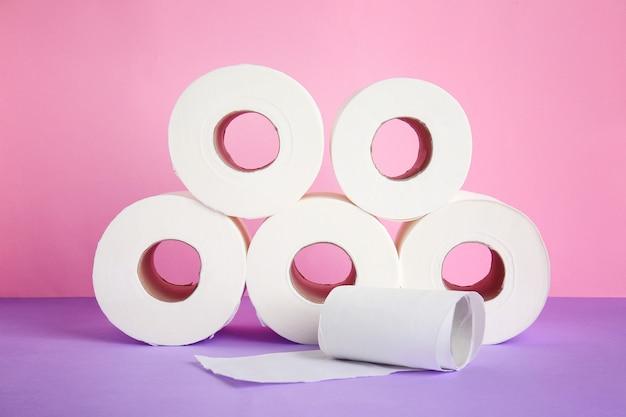 Рулоны туалетной бумаги на цветном фоне