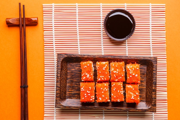 ロール、醤油、オレンジ色のテーブルの箸、フォトトップ
