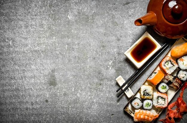 Роллы, суши и травяной чай