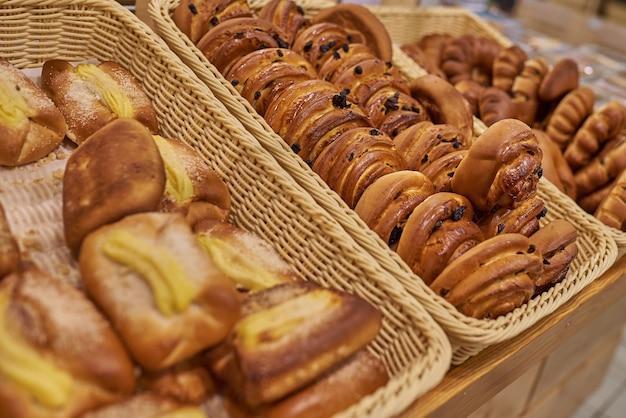 スーパーマーケットでナッツとロールパン