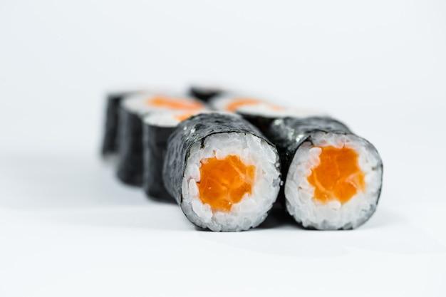 붉은 생선을 곁들인 롤, 연어를 김으로 싼 신선한 밥.