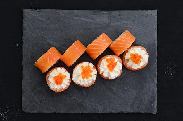 Роллы с лососем и сливочным сыром с икрой