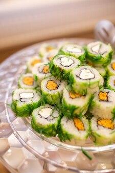 Роллы с водорослями и сыром на фуршетном столе.