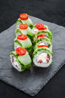Роллы с тунцом и салатом чукка