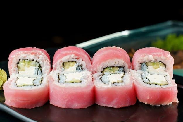 참치, 아보카도, 오이, 크림 치즈, 노리 클로즈업 롤. 일본 전통 요리.