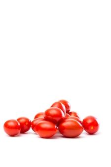 Pomodori rossi succosi di roma isolati su un bianco