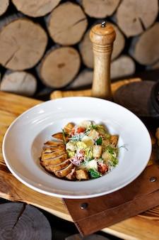 Салат ромэн с курицей-гриль, чесночными гренками и пармезаном