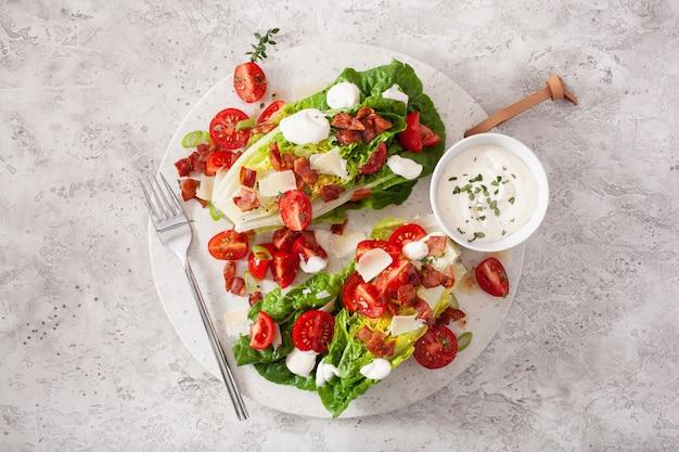 ロメインレタスにベーコントマトパルメザン、ソースをトッピング。健康ケト古ダイエット弁当