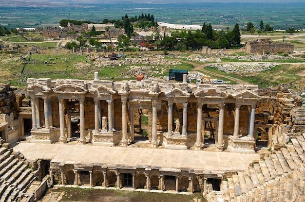 Римский амфитеатр на руинах иераполиса, в памуккале, турция