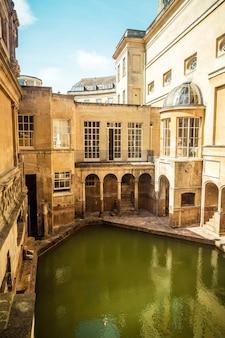 イギリスのバース市で歴史的に興味深い場所である、人々が集まるユネスコの世界遺産であるローマンバス。