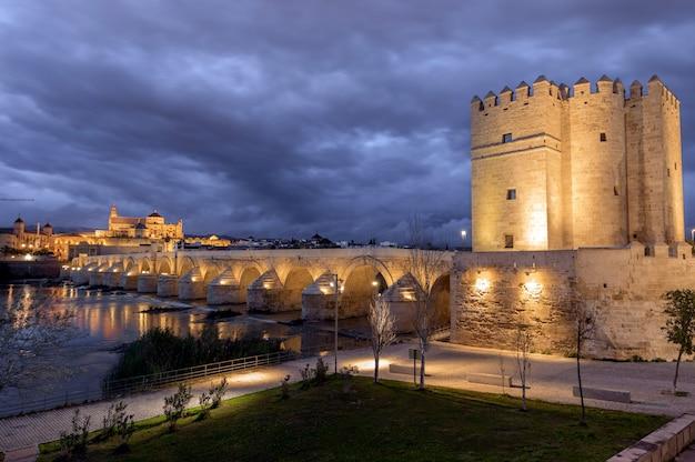 スペイン、コルドバを通るグアダルキビルに架かる1世紀のローマ橋