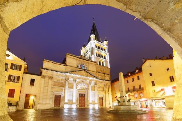 비오는 밤, 프랑스 안시의 구시가지에 있는 로마 가톨릭 교회 안시 대성당
