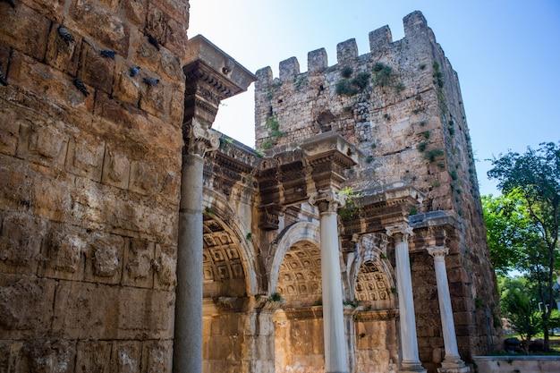 Триумфальная арка римских ворот адриана в анталии, турция
