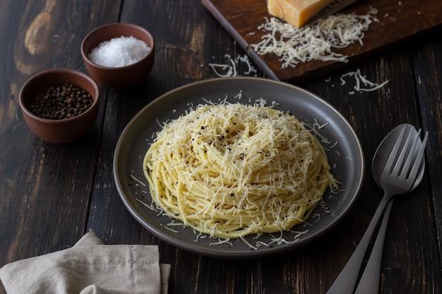검은 후추와 치즈를 곁들인 로마 파스타 스파게티. cacio e pepe. 조리법. 포도주. 채식주의 자 음식. 국가 요리.