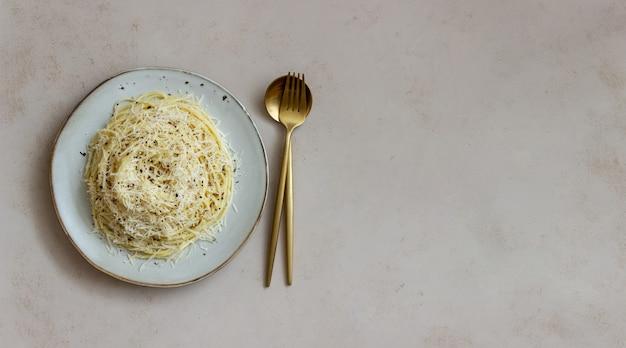 黒胡椒とチーズのローマ風パスタスパゲッティ。カチョエペペ。レシピ。ワイン。ベジタリアンフード。郷土料理。