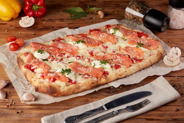 ローマのピザ、古典的なイタリアのピザの変種、木製の背景
