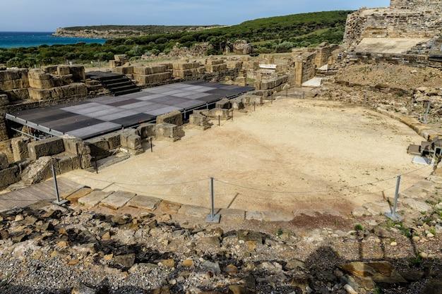 Римские руины баэло клаудиа, расположенные недалеко от тарифы в испании