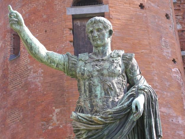 イタリア、トリノのローマ像