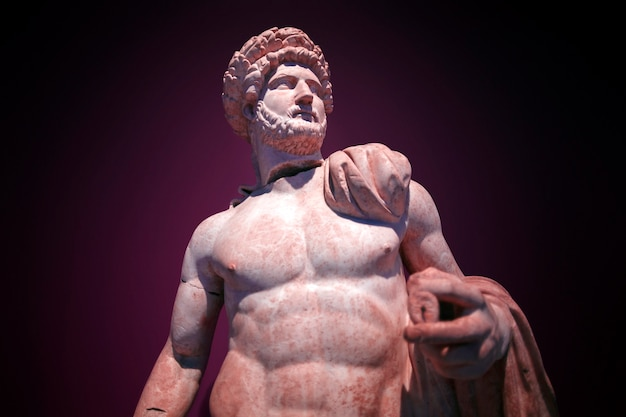 맨몸의 하드리아누스 황제의 로마 동상. 대리석. 페르지. 서기 2세기. 터키 안탈리아