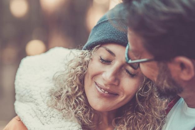 大人の若いカップルが一緒に美しい屋外の人々の肖像画のためのロマンスと優しさの時間