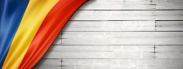 오래 된 흰색 바탕에 루마니아 플래그입니다. 수평 파노라마.