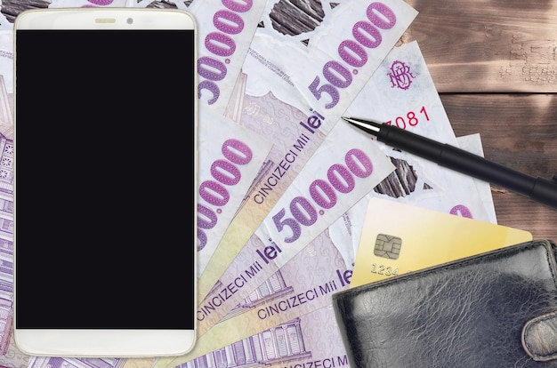 ルーマニアレウ紙幣と財布とクレジットカード付きのスマートフォン