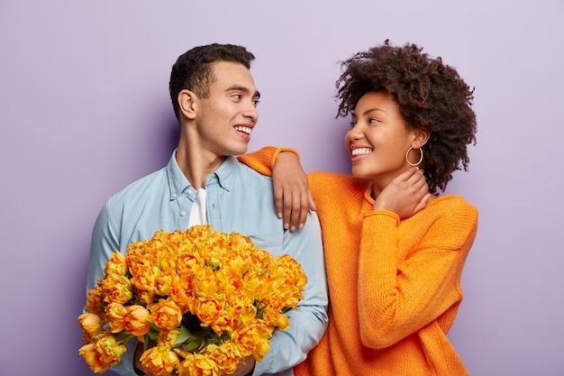로맨스 다민족 부부는 서로를 긍정적으로 바라 봅니다.