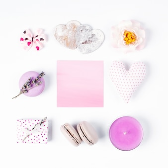 Романтические аксессуары торт макарун лаванда сердце свеча роза подарок бант и розовая пустая открытка
