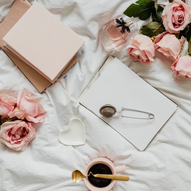ロマンチックでフェミニンなフラットがベッドに横たわっていた