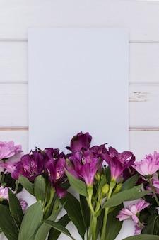 花とハガキのロマンチックな配置