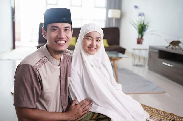 집에서 함께기도 후 낭만적 인 아시아 이슬람 부부