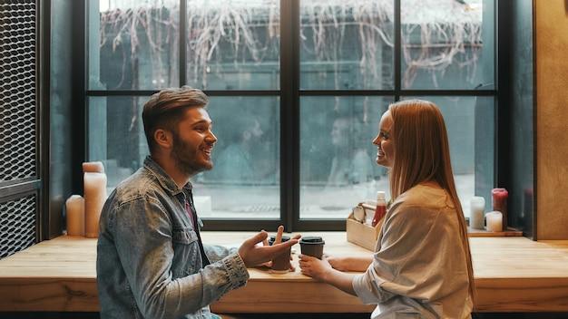 ロマンチックな雰囲気の男性と女性がモダンなカフェで会う