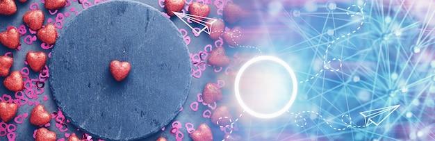 ロマンチックな背景。愛と関係の概念。暗い背景にハート型のフィギュア。バレンタインデーのカード。