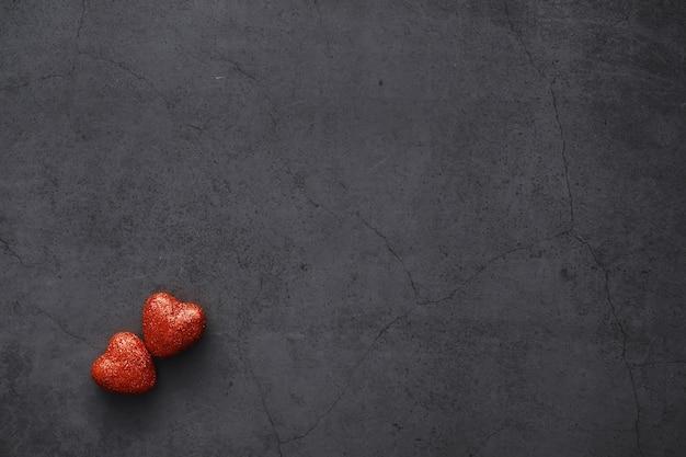 낭만적인 배경입니다. 사랑과 관계의 개념입니다. 어두운 배경에 하트 모양의 인물입니다. 발렌타인 데이 카드.