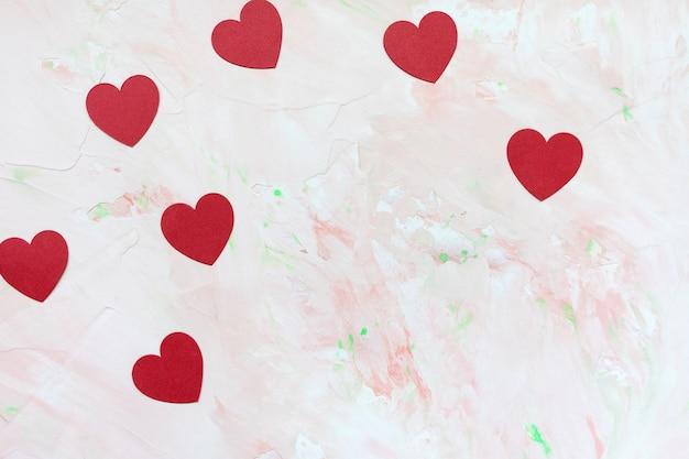 赤い紙の心とロマンチックな背景