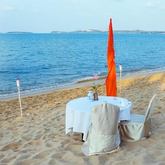 열대 리조트의 낭만적인 해변 휴식처. 해변 카페
